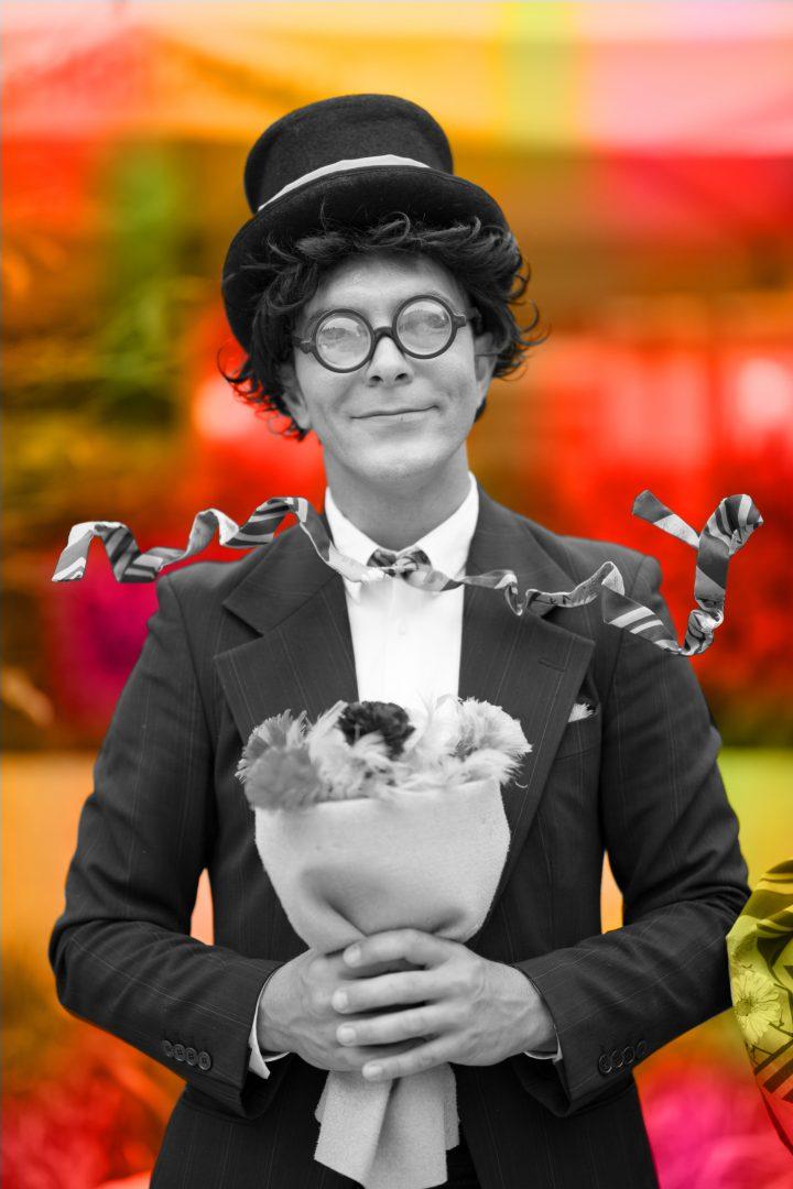Mann mit Hut und Blumenstrauß
