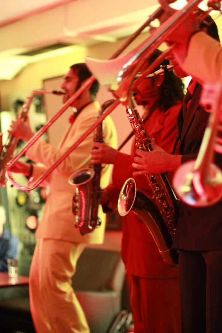 Männer mit Blasmusikinstrumenten