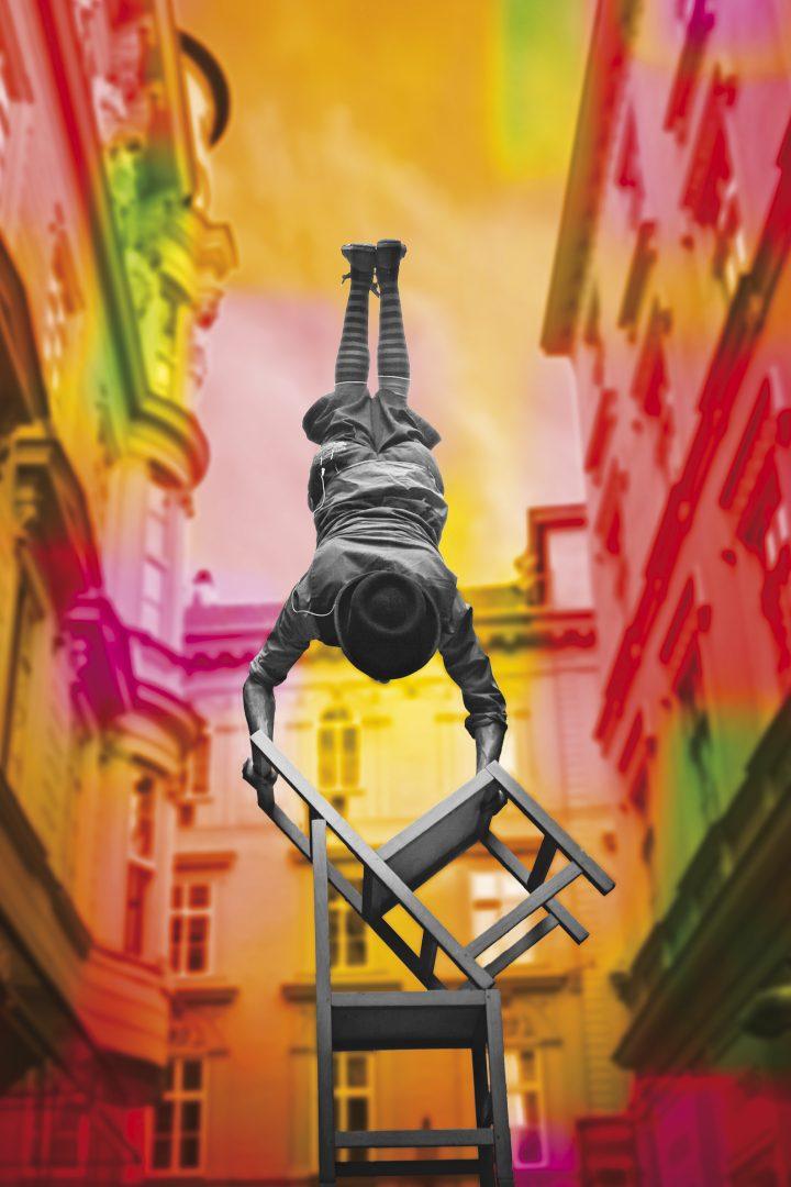 Akrobat auf Stuhl