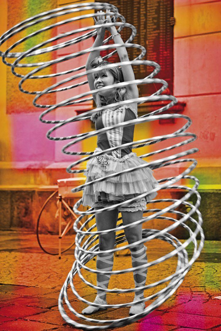 Frau mit Hula Hoop Reifen